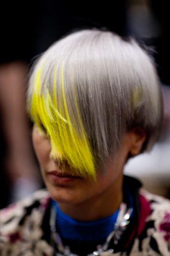 Salon International 2016 Londra chiome grigio chiaro con ciocche gialle