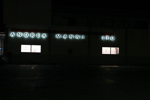 insegna atelier Andrea Manni Ltd illumninata