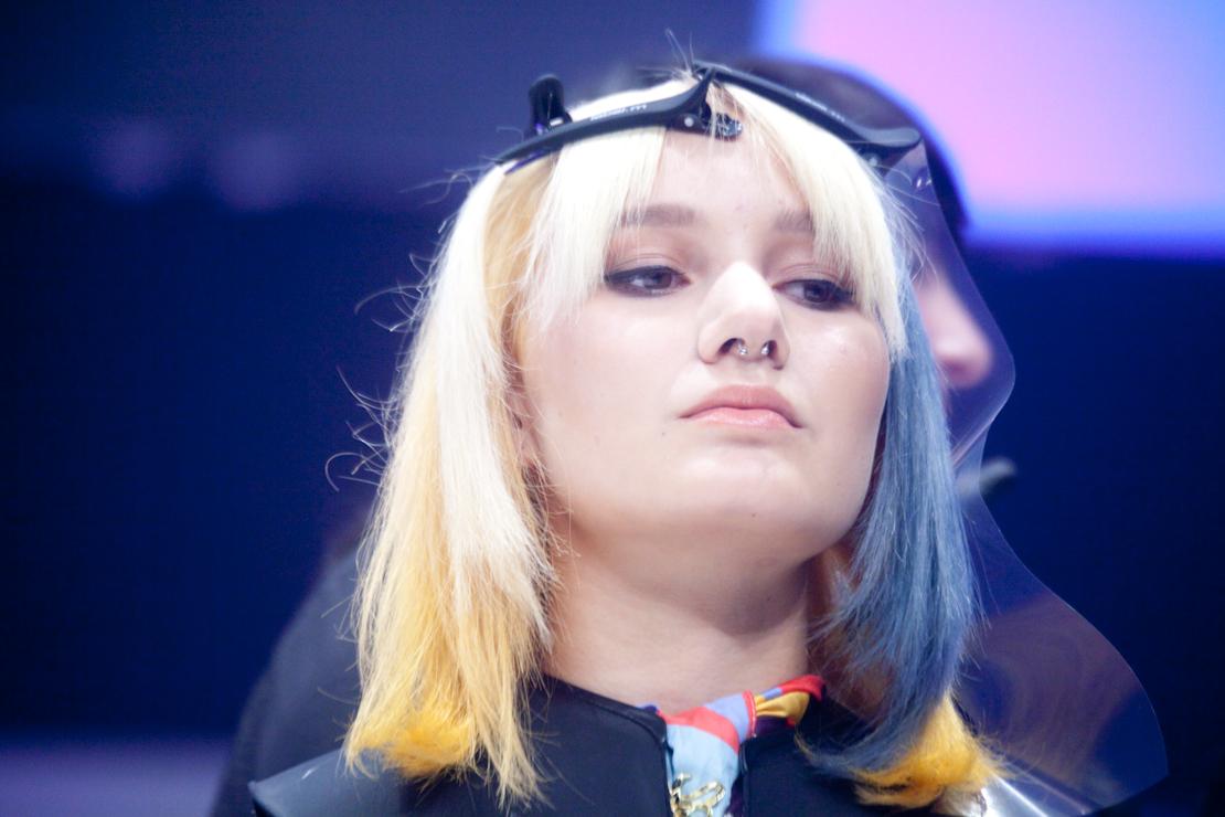 modella capelli giallo blu