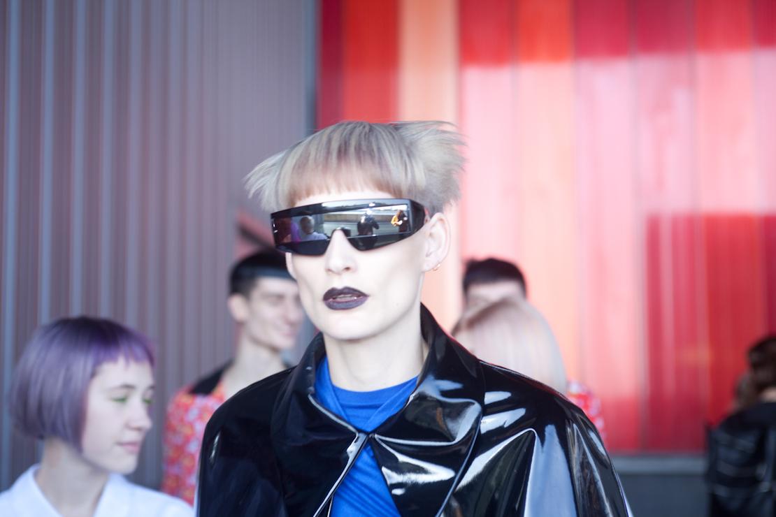 occhiali futuristici capelli platino