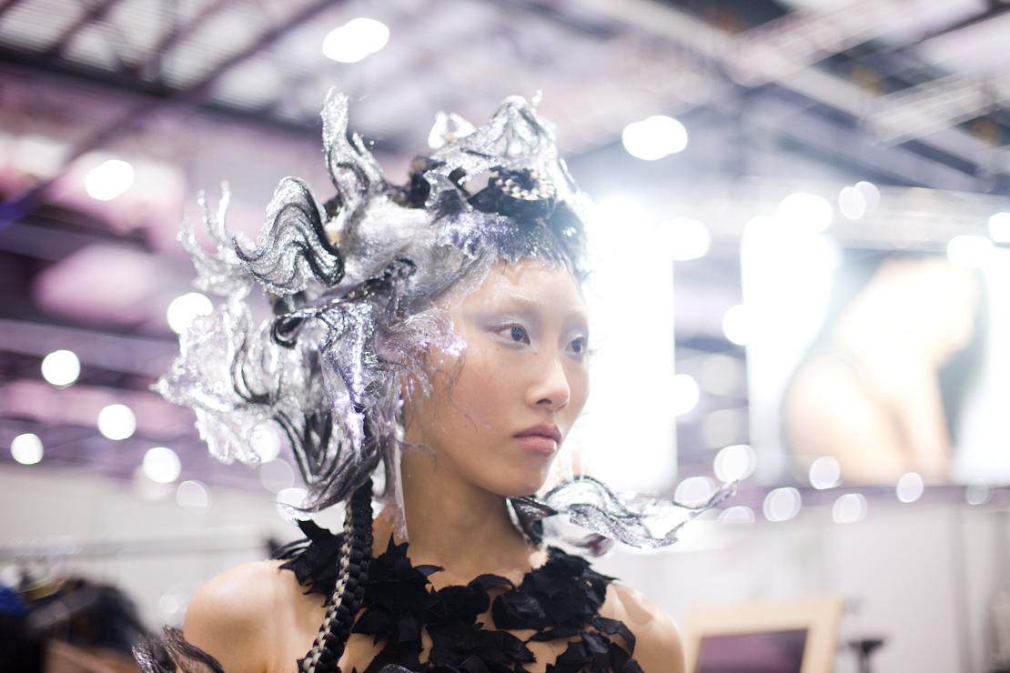 capelli argento vestito fiori nero