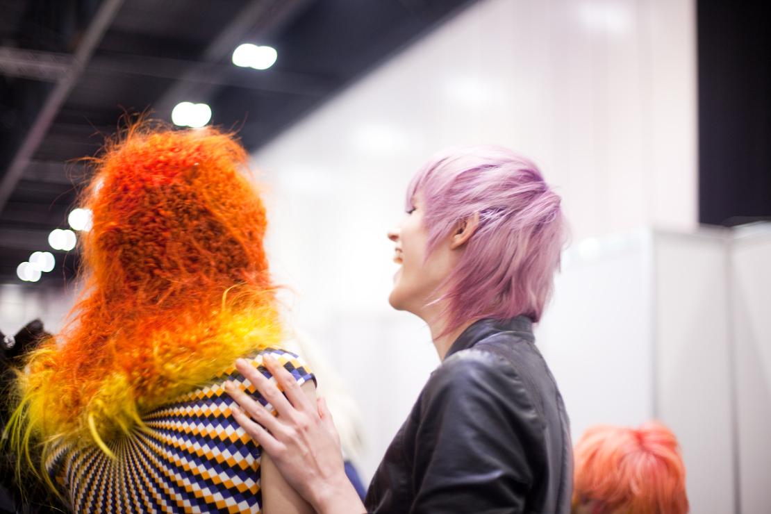capelli arancio giallo riccioli rosa